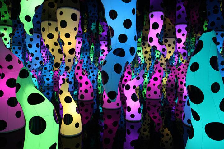 yayoi-kusama-infinity-dots-mirrored-room-toronto-ago-2